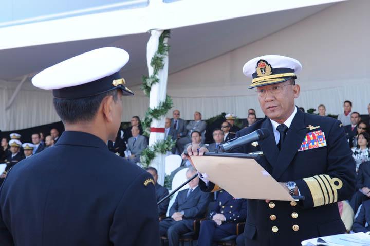 Panglima tentera laut membaca watikah tauliah kepada pegawai memeintah